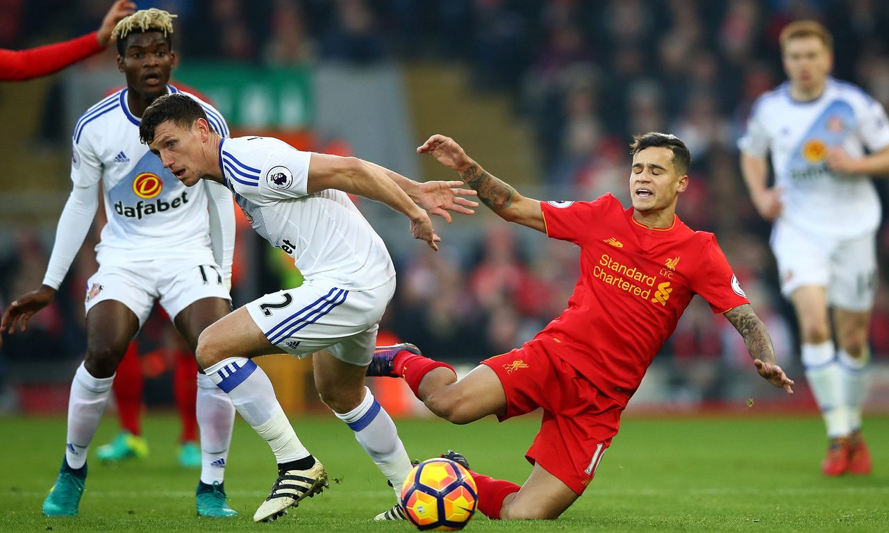 LIVERPOOL, ENGLAND - NOVEMBER 26: Philippe Coutinho of Liverpool is tackled by Billy Jones of Sunderland during the Premier League match between Liverpool and Sunderland at Anfield on November 26, 2016 in Liverpool, England.  (Photo by Clive Brunskill/Getty Images)