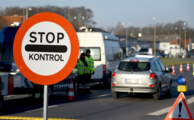 Danish police have set up a border control point on January 5, 2016 at the border town of Krusa bei Flensburg.   Denmark announced the immediate introduction of random controls at the German border, Danish Prime Minister Lars Lokke Rasmussen said Monday, on the same day neighbouring Sweden introduced controls on its frontier with Denmark to stem the flow of refugees. / AFP / dpa / Carsten Rehder / Germany OUT